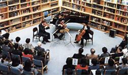 本に囲まれた音楽会